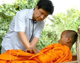 캄보디아 승려를 진료하고 있는 서교일 이사장. 선친 서석조 박사를 키운 선진의학을 이제는 후진국 국민들에게 적극 베풀고 있다.